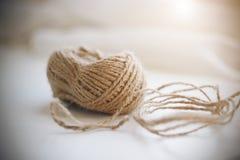 Een rol van beige ruwe hennepkabel stock foto