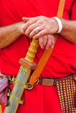 Een roman militair rust zijn handen op zijn zwaard Stock Afbeeldingen