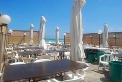 Een romantisch die restaurant op het strand door de Mistral in Apuli wordt geveegd stock fotografie