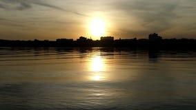 Een romantisch meer met een zonnige weg bij een aardige zonsondergang in de zomer stock videobeelden