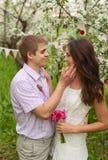 Een romantisch paar in liefde in openlucht Stock Foto's