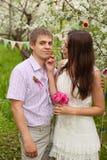 Een romantisch paar in liefde in openlucht Stock Fotografie