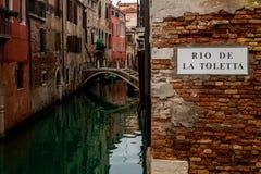 Een romantische hoek op een groen kanaal in Venetië Stock Afbeelding