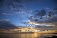 Een romantische strandzonsondergang Stock Afbeeldingen
