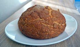 Een rond brood op de witte plaat Royalty-vrije Stock Foto