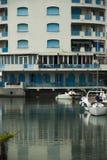 Een rond gebouw in Italië bij het water stock afbeeldingen
