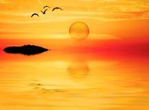 Een ronde zon in het meer stock fotografie