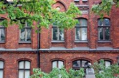 Een rood baksteengebouw in Riga, Letland stock foto