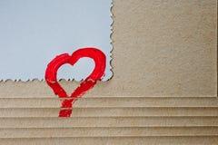 Een rood die hart op papier met de hand wordt getrokken stock afbeelding