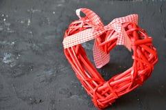 een rood die hart van houten textuur wordt gemaakt Een viering van liefde De dag van de valentijnskaart rieten rood hart met boog stock foto's