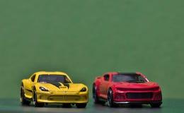 Een rood en een gele stuk speelgoed auto stock afbeelding