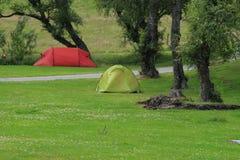 Een rood en een greencamping tent bij campingsite in het dorp Braemar Royalty-vrije Stock Foto's