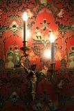 Een rood en verfraaid met Chinese karaktersbehang verfraait één van de ruimten van kasteel de bezwalkenen-sur-Loire (Frankrijk) Stock Foto