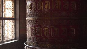 Een rood gebedwiel met mantras