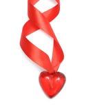 Een rood hart op een satijnlint Stock Foto