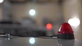 Een rood waarschuwingslicht wijst op een fout en waarschuwt van een gevaar stock video