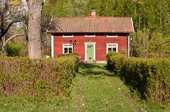 Een rood weinig plattelandshuisje. Royalty-vrije Stock Afbeelding