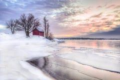 Een Rood weinig plattelandshuisje in Stockholms-archipel stock afbeeldingen