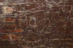 Een roodbruine oude sjofele houten raad met barsten en witte vlekken van verf Ruwe Oppervlaktetextuur stock afbeeldingen