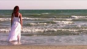 Een roodharige vrouw bij de kust stock footage