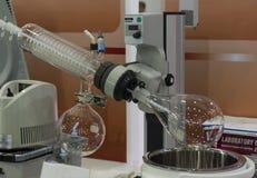 Een roterende evaporator in chemisch laboratorium stock afbeelding