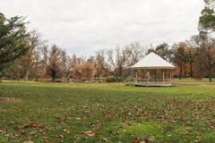 Een rotonde in openbare park en tuinen Royalty-vrije Stock Foto's
