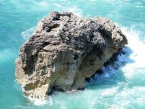Een rots in de oceaan Stock Foto