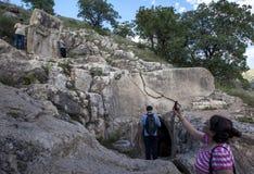 Een rots die in Arsameia in Turkije snijden die het schudden van KoningsAntiochus handen met Hercules afschilderen Stock Afbeeldingen