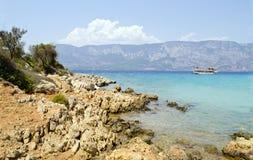 Een rotsachtig landschap tegen het Egeïsche Overzees Royalty-vrije Stock Afbeelding