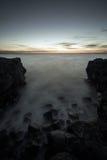 Een rotsachtig strand stock foto