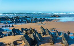 Een rotsachtig strand in Algarve Stock Afbeelding