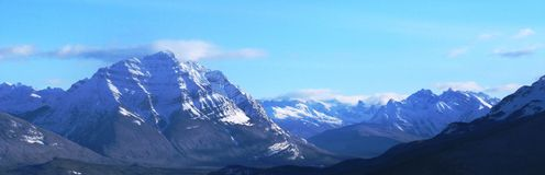 Een Rotsachtige bergscène onder een bewolkte blauwe hemel Stock Afbeeldingen