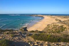 Een rotsachtige kustlijn Stock Foto's