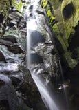 Een rotsachtige waterval Stock Afbeeldingen