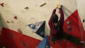 Een rotsklimmer beklimt een steile muur en splitst na een ontbroken poging op om tot de bovenkant te beklimmen Een het beklimmen  stock videobeelden