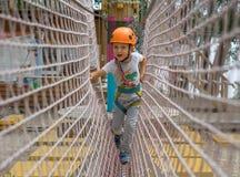 Een rotsklimmer bindt een knoop op een kabel Een persoon treft voor het stijgen voorbereidingen Het kind leert om een knoop te bi Stock Foto's