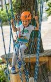 Een rotsklimmer bindt een knoop op een kabel Een persoon treft voor het stijgen voorbereidingen Het kind leert om een knoop te bi Stock Foto