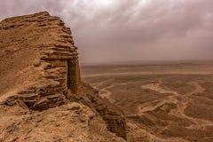 Een rotsklip van het plateauzuidoosten Raghabah, Saudi-Arabië stock foto's