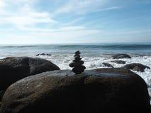 Een rotsstapel of ducky op de Vreedzame kust Stock Afbeelding