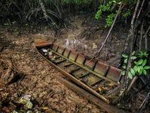 Een rotte houten die boot in Teluk Bayu, Sungai Petani, Kedah wordt verlaten Stock Fotografie
