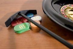 Een roulette en gekleurde casinospaanders op een houten lijst royalty-vrije stock afbeelding