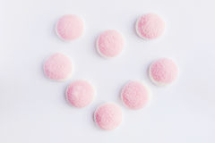 Een roze en witte gelei is in de vorm van hart op witte backgro Stock Foto
