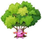 Een roze monster die onder de boom uitoefenen Stock Afbeeldingen
