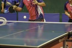 Een roze overhemdsmens is voordelige positie die een bal dienen royalty-vrije stock fotografie