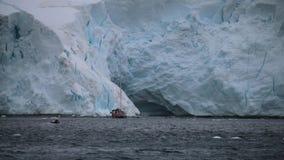 Een rubberbootzeilen op een jacht dichtbij de gletsjer stock videobeelden