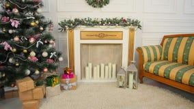 Een ruimte met een Kerstboom en een comon Kerstmis en Nieuwjaar` s lengte Stock Afbeelding