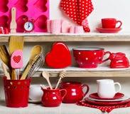 Een rustieke stijl Ceramisch vaatwerk en keukengerei in rood op royalty-vrije stock afbeeldingen