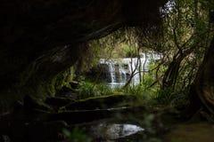 Een rustig watervalschot door een hol Stock Foto