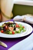 Een salade in de lenterestaurant met violette servetten Stock Fotografie
