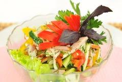 Een salade van komkommer, tomaat, ham en peper. Stock Foto's